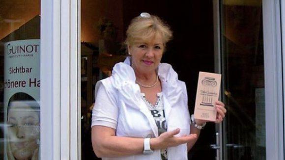 Inhaberin Renate Urban-Glanz vor ihrem Salon