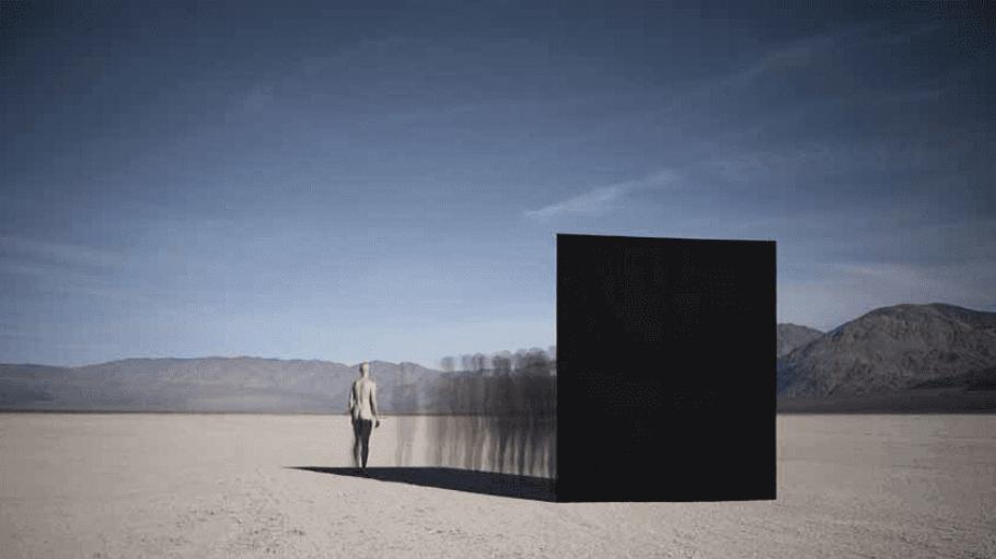 Eine nackte Frau und surreale Schatten in der Wüste: Diese und ähnliche Naturbilder siehst du in der Galerie Hiltawsky.