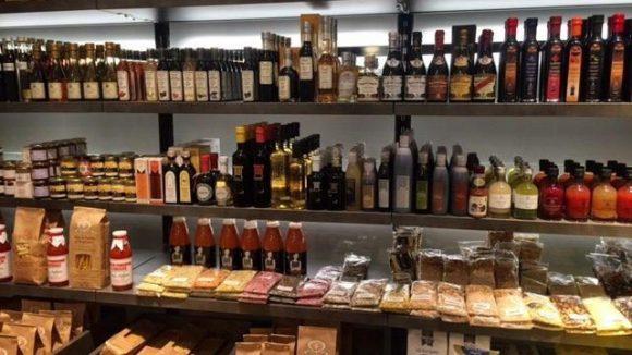 Die Regale sind voll mit Produkten, die es nicht imn jedem Supermarkt an der Ecke gibt.