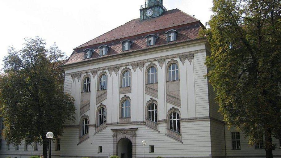 Auch das Deutsche Herzzentrum im Virchow-Klinikum hat ein dekoratives Türmchen auf dem Dach.