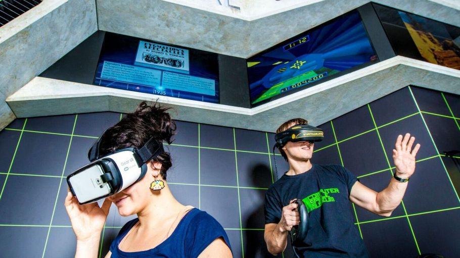 Diese beiden VR-Brillen kannst du im Computerspielemuseum in Friedrichshain testen.