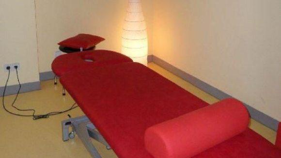 Auf der roten Liege bei Vitasport können sich die Kunden entspannen.