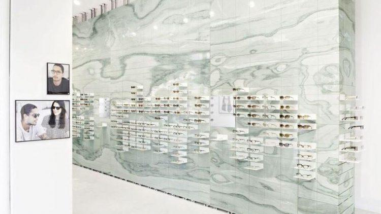 Das Herzstück des neuen VIU Flagshipstores in Berlin ist die raumgreifende grüne Marmorwand.