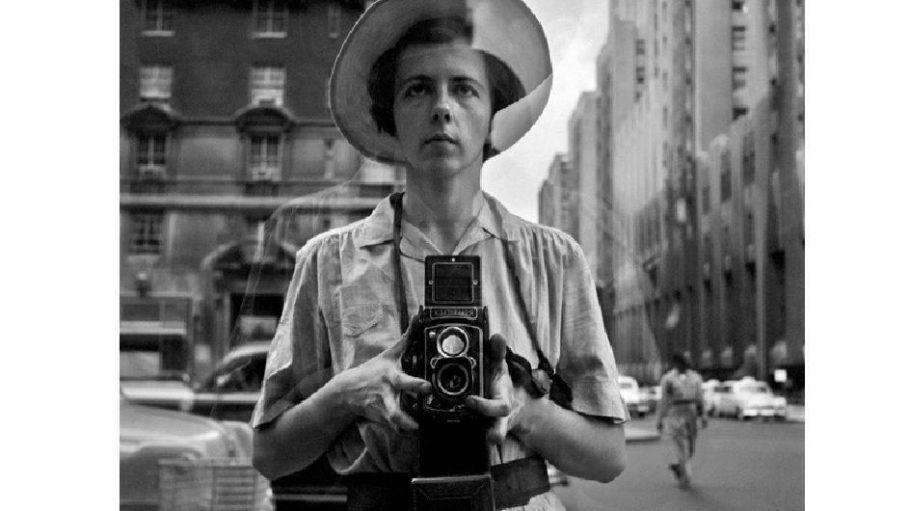 Selbstporträt Vivian Maier, 1955: Vivian Maier, die zu ihren Lebzeiten nie eine eigene Ausstellung hatte und als verschlossen und distanziert galt, fotografierte sich gern selbst.