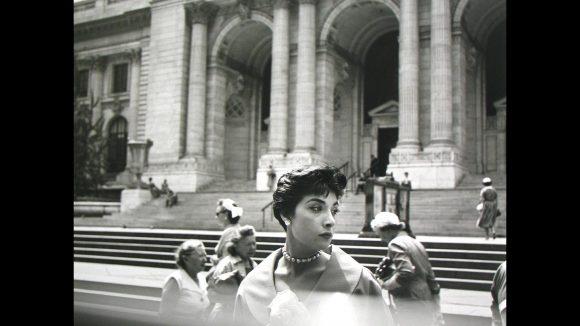 Melancholie des Moments: Fotografin Vivian Maier gelang es mit diesem Bild auf eindrucksvolle Weise, die Atmosphäre vor der öffentlichen Bibliothek in New York festzuhalten.