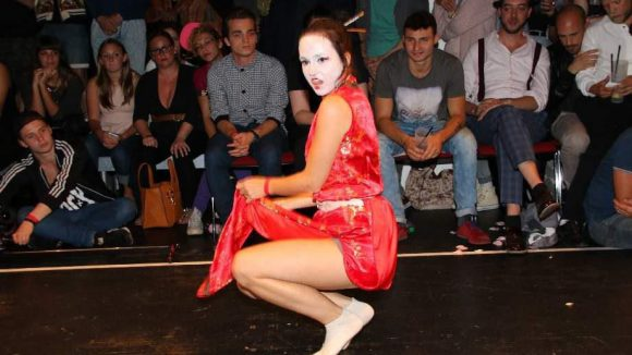 In einer Art Geisha-Look: Monika Milan.