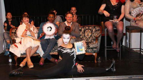 """Die Siegerin in der Kategorie """"New Style"""" zeigt ihre Stretching-Künste: Sofie Ninja."""