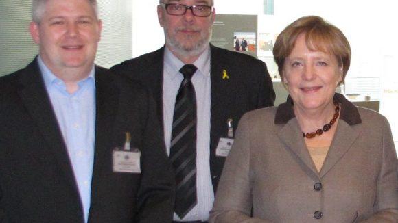 Ehrung im Kanzleramt: Thomas Blaeschke (Voice over Piano), Henning Klausing (EAS Berlin), Bundeskanzlerin Dr. Angela Merkel