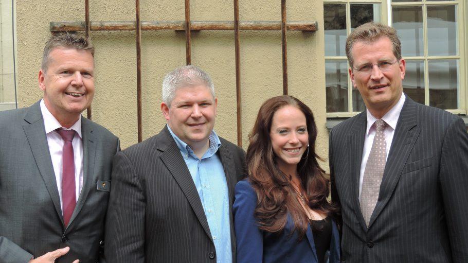 Hauptgeschäftsführer der EAS Berlin Rolf Hartmann, Thomas Blaeschke und Sara Dähn (Voice Over Piano), Parlamentarischer Staatssekretär bei der Bundesministerin der Verteidigung Dr. Ralf Brauksiepe.