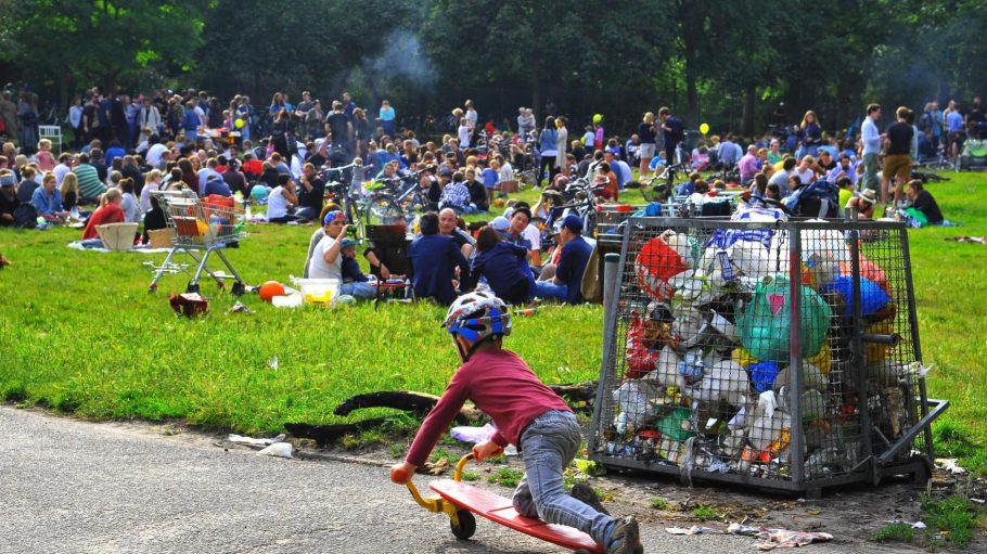 Volkspark Friedrichshain , Mülltonne Nr. 3, an einem Sonntag: Viele Parkbesucher lassen beim Gehen ihren Müll einfach liegen.