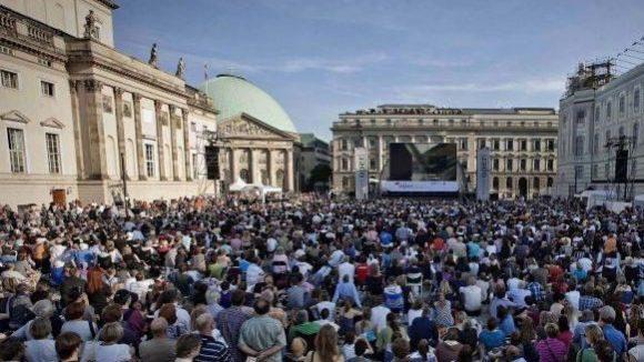 """Ähnlich voll wie bei der """"Staatsoper für alle"""" könnte es am Donnerstag auf dem Bebelplatz werden, wenn sich 2300 Schüler zu einer riesigen Dichterkette mit Lesung treffen."""