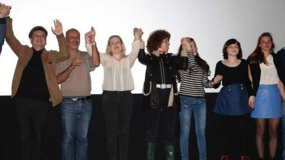 Das Film-Team lässt sich die obligatorische La-Ola-Welle nicht nehmen.