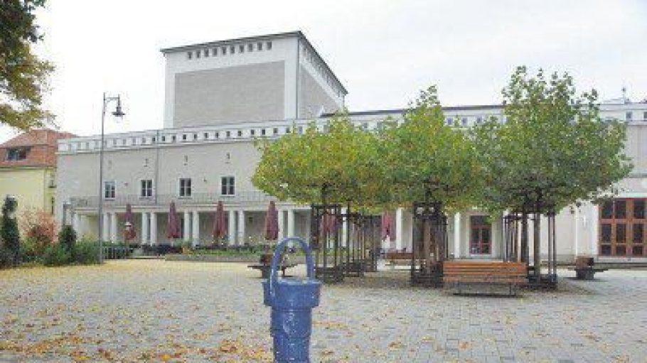 Der Theatervorplatz in Karlshorst hat nun den Namen Johannes-Fest-Platz erhalten.