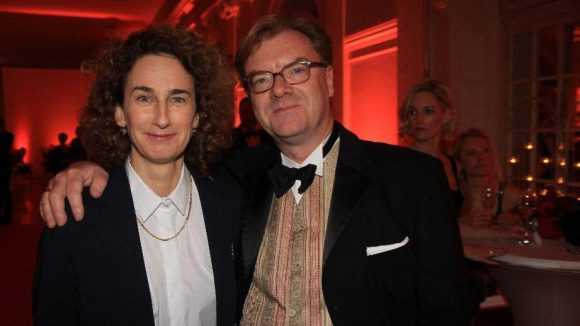 Kunst und Politik Arm in Arm: Die Fotografin Brigitte Maria Mayer und Kulturstaatssekretär André Schmitz.