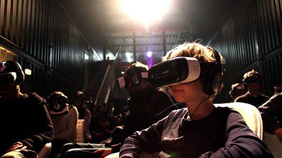 Von außen sieht so ein VR-Kino ziemlich lustig aus. Die Menschen drehen sich, alle schauen woanders hin. Einige erschrecken sich auch zu Tode. Selbst schuld, wer den Horrorfilm schaut.