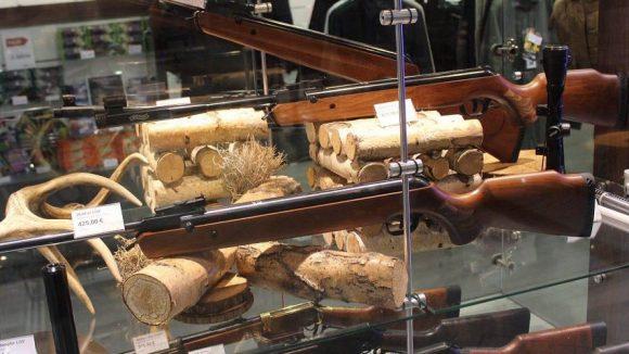 Auch mit Waffen lässt sich hier Geld machen. Wer kauft die eigentlich?