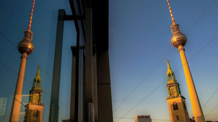 Wahrzeichen der alten Mitte, wenn auch aus ganz unterschiedlichen Eprochen: Die Marienkirche und der Fernsehturm, links der Hotelturm am Alexanderplatz.