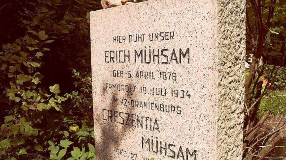 Der Literat Erich Mühsam ist auf dem Waldfriedhof begraben.