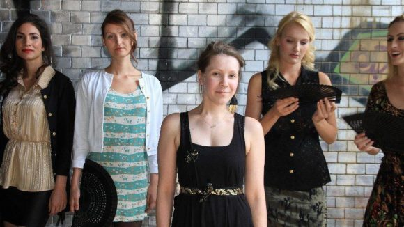 Berlina Pflanze-Designerin Inga Lieckfeldt im Kreis ihrer Models.