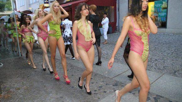 Zum Glück war es am Sonntag angenehm warm: Die Models von Juju Lingerie.