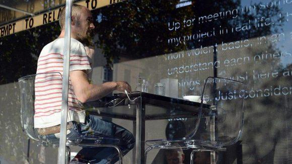Hier saß Dries Verhoeven noch beim Chatten im Glaskasten.