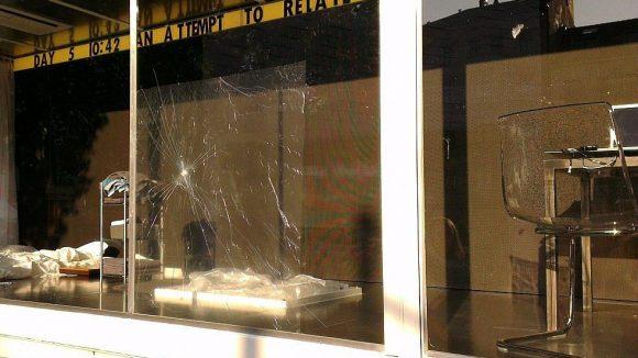 Dries Verhoeven hatte seinen beschädigten Glaskasten am Heinrichplatz da bereits verlassen.
