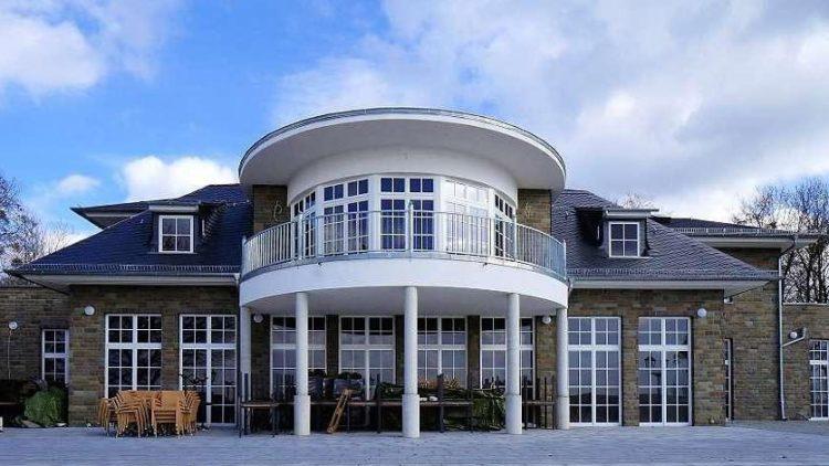 """Diesmal ohne Reetdach. So sehen die neuen Wannsee-Terrassen vor der im April geplanten Eröffnung aus. Der Bauherr spricht von """"englischem Landhausstil""""."""