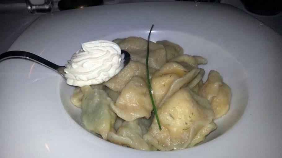 Wareniki essen im Pasternak - hausgemachte Teigtaschen, die auch als Nationalgericht der Ukraine gelten.
