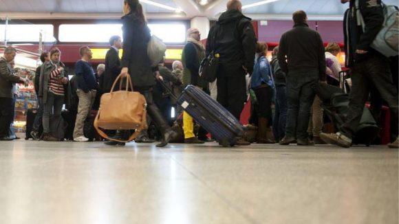 Fluggäste müssen während des Warnstreiks am Flughafen-Tegel warten.
