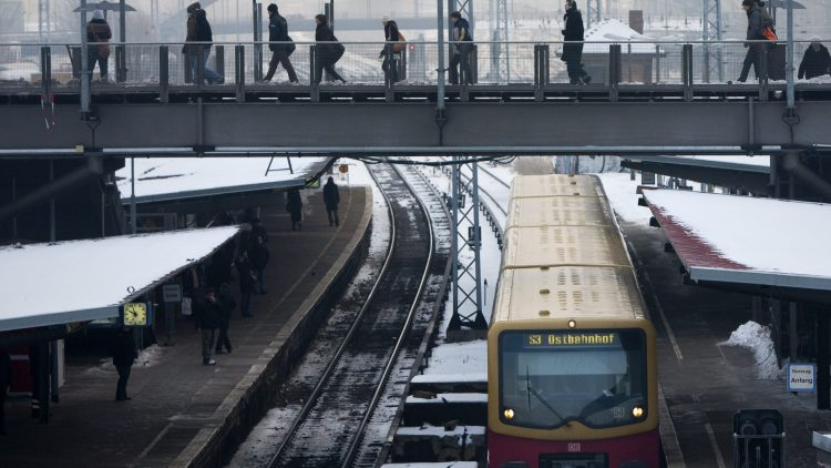 Über diese Brücke müsst ihr gehen: Die Anbindung zwischen U- und S-Bahn wird an der Warschauer Straße nicht kürzer.