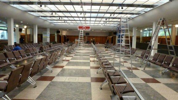 Die erste Station von Geflüchteten: In dieser Wartehalle haben 500 Menschen gleichzeitig Platz.