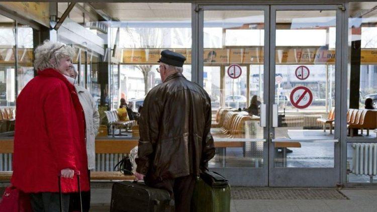 Warten auf Veränderung: Um seine Halle im Stil der 60er Jahre tut es Filmschaffenden jetzt schon leid, Reisende dürften sich über mehr Komfort am veralteten Zentralen Omnibusbahnhof freuen.
