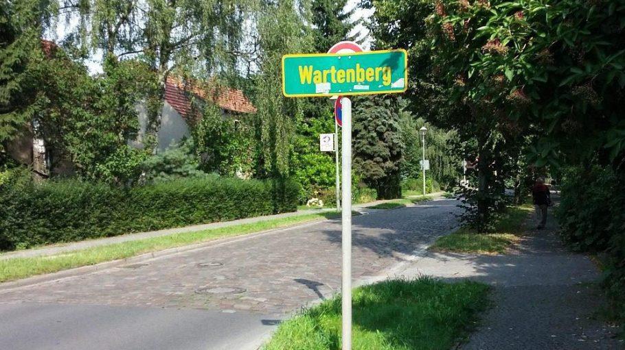 Schlagartig anders: Am Ortsschild von Wartenberg verengt sich die Fahrbahn und ist plötzlich kopfsteingepflastert. Vor allem ändert sich aber der Charakter der Umgebung.
