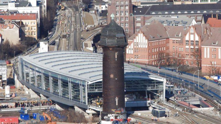 Das Wahrzeichen des S-Bahnhofs Ostkreuz: Der Wasserturm.