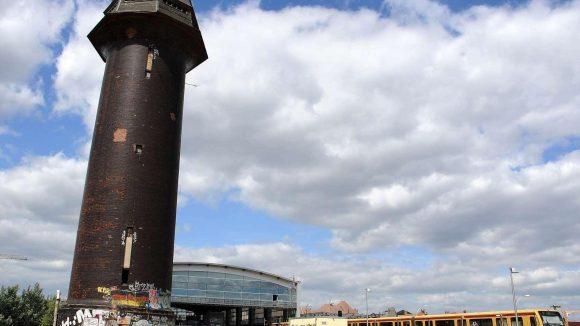 Er ist der Wächter über das Gewimmel an der ständigen Großbaustelle Bahnhof Ostkreuz: der Wasserturm.