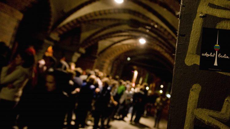 Kreuzberger Clubs sind beliebt: Wartende auf der Oberbaumbrücke, in der Schlange vor dem Watergate.