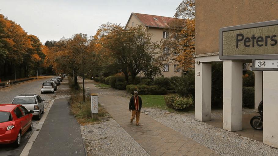"""Filmstill aus """"Müller Ecke Afrika"""": die Petersallee im Afrikanischen Viertel."""