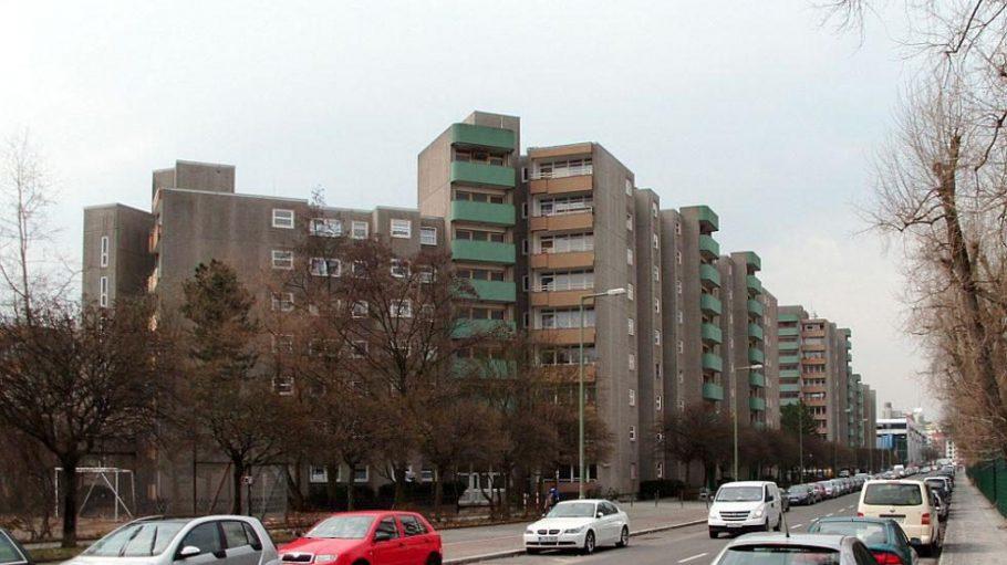 In Sichtweite des Prenzlauer Bergs steht in der Behmstraße diese häßliche Betonburg.