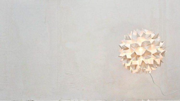 """""""There will be light"""", soll schon Gott gesagt haben. Lesungen, Performances und künstlerische Installationen wie hier die """"Lampenfabrik"""" in den Sophiensaelen gehen der Frage nach: Gibt es eigentlich so etwas wie Gott?"""