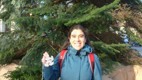 Beatriz ist extra aus Potsdam gekommen, um die kleine Figur in den Baum zu hängen, die sie erst heute morgen gebastelt hat!