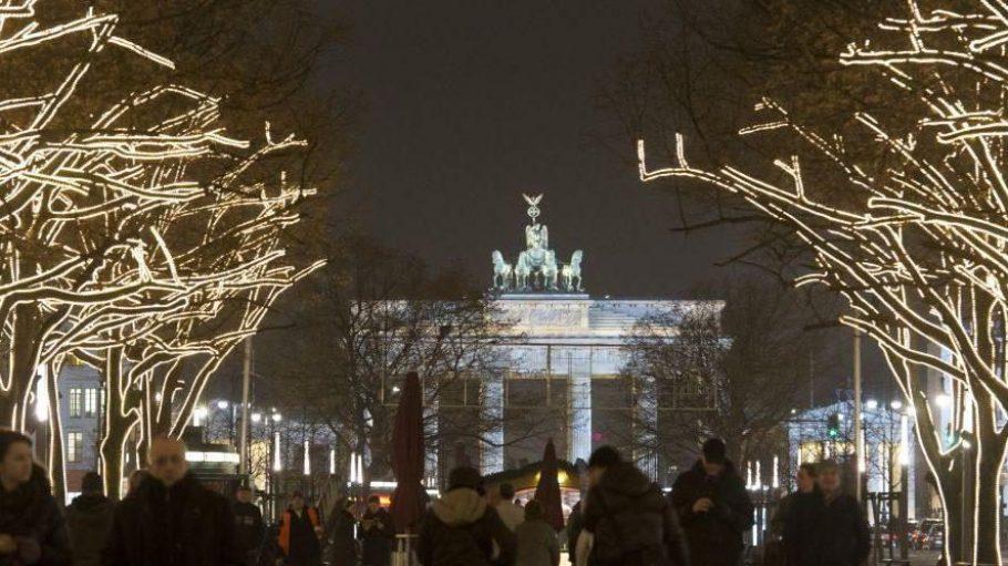 Auch in diesem Jahr werden die Bäume Unter den Linden festlich beleuchtet.