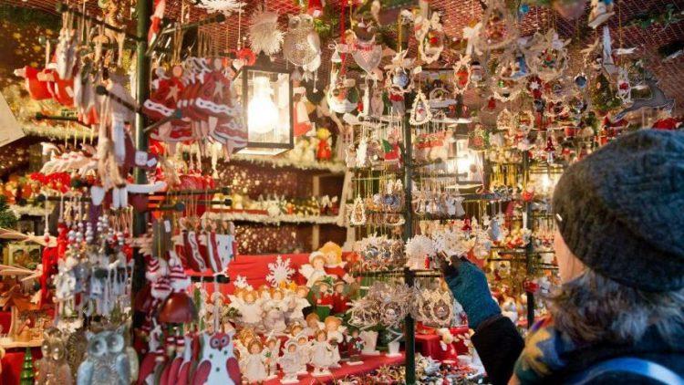 Jede Menge Mitbringsel gibt es auf dem Weihnachtsmarkt zu erstehen.