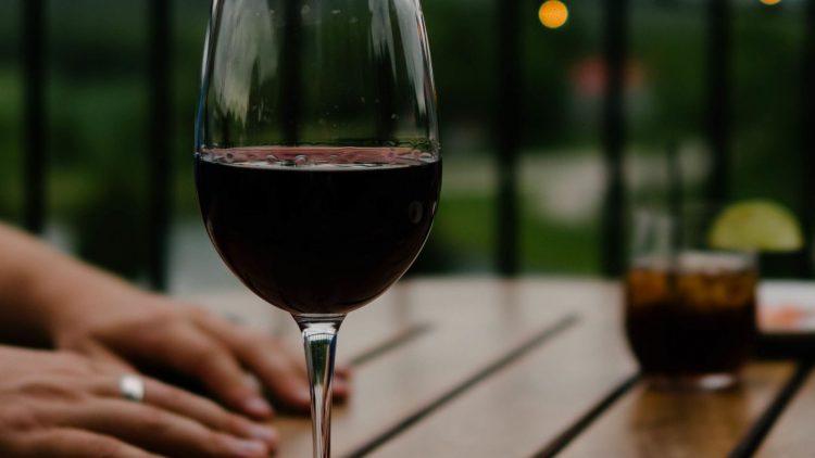 Aus dem einen Glas am Abend werden bei der Langen Nacht der Weine gerne mal ein paar mehr. Aber es lohnt sich: Denn jedes Jahr wechseln die Winzer, Überraschungen garantiert.