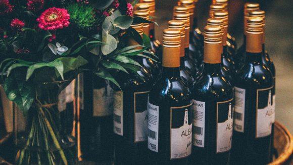 Ein Gläschen in Ehren: In diesen Weinbars kannst du Naturwein, Weine aus Argentinien, Deutschland, Frankreich & Co. probieren und bei leckeren Happen den Abend genießen.