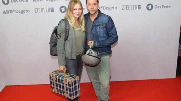 """Hauptdarstellerin Anna Loos (Vera Kupfer) kam mit ihrem Ehemann Jan Josef Liefers im Flüchtlingslook zur Premiere von """"Weissensee""""."""