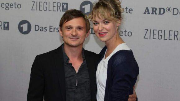 """Ebenfalls zum """"Weissensee""""-Cast gehören Florian Lukas, der Martin Kupfer verkörpert, und Lisa Wagner."""