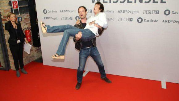Jörg Hartmann (Falk Kupfer) nahm seine Kollegin Katrin Sass (Dunja Hausmann) sogar auf den Arm.