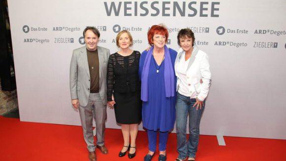 Hier ist Katrin Sass (r.) noch mal mit Boden unter den Füßen zu sehen. Neben ihr: Die anderen Hauptdarsteller Uwe Kockisch (Hans Kupfer), Ruth Reinecke (Marlene Kupfer, 2.v.l.) und Produzentin Regina Ziegler.