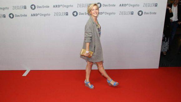 Schauspielerin Wolke Hegenbarth mit blauen Wedges und viel Beinfreiheit.