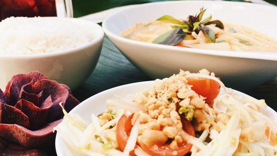 Authentisch thailändisch – da dürfen Reis und geröstete Erdnüsse nicht fehlen.